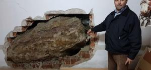 Dağdan kopan dev kaya parçası evin içinde girdi