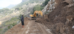 Erdemli'de heyelandan kapanan yolları belediye ekipleri açıyor