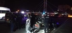 Polisten kaçarken kaza yaptılar Kaza yaptıkları araçtan inerek kaçmaya çalışan 5 kişi polis tarafından yakalandı