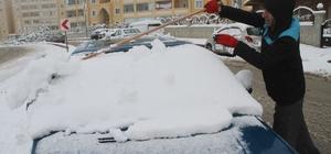Elazığ'da kar etkili oldu, 78 köy yolu ulaşıma kapandı Geceden itibaren etkili olmaya başlayan kar yağışı nedeniyle kent beyaza büründü.