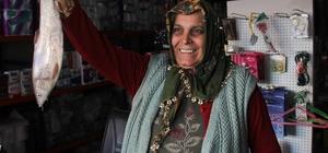 """Sazan balığıyla dolandırıcılık Adana'da bir kişi geldiği iş yerindeki çalışan kadına """"patronun balık sipariş verdi 50 lira da önceden borcu var"""" diyerek 182 lirayı aldıktan sonra şikayet üzerine yakalandı İş yeri sahibinin annesi Aynur Yüzmeç: """"Sazan gibi düştük"""""""