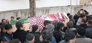 Simit satarak Elazığspor'a destek olmuştu, bayrağı tabutuna örtüldü Simit satarak Elazığspor'a destek olmasıyla herkesin takdirini kazanan 16 yaşındaki Muhammed Furkan Gündüz, son yolculuğuna uğurlandı.