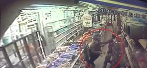 """İzmir'de gasp dehşeti Gaspçı para istediği gençi """"Param yok"""" cevabını alınca defalarca bıçakladı Bıçaklama anları kamerada"""