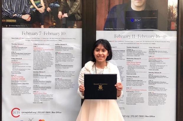 9 yaşındaki müzik dehası Arya Su büyük ödülünü Newyork'ta aldı Piyano eğitimine 6 yaşında başlayan ve dünya şehirlerinde konserler veren 9 yaşındaki Bursalı Arya Su Gülenç, son olarak Crescendo Uluslararası Müzik Yarışması'nda birincilik ödülünü kazandı, ödülünü ise dünyanın en önemli salonlarından biri olarak kabul edilen Carnegie Hall'de aldı