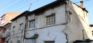 Protokolün çürük bina mesaisi Sivas'ta vali, belediye başkanı ve ilgili yetkililer yıkılma tehlikesi bulunan binaları yerinde inceledi