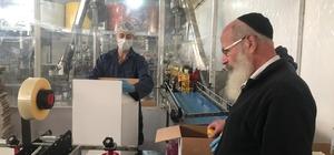"""Haham gözetiminde ihracat Afyonkarahisar'dan İsrail'e ihraç edilecek fındık yağı üretiminin her aşamasını haham denetliyor Ultra Ortodoks Haredi Yahudiler için üretilen yağlar için İsrailli her ithalatçı firma kendi hahamını gönderiyor ve üretimi denetliyor Fabrika Sahibi Mehmet Çiftçi; """"1995 yılında İsrail ile ticaretimize başladık, bugüne kadar devam eden de bir ticari ilişkimiz var"""" """"Yılda 1 buçuk milyon dolar değerinde yağ ihracatı yapılıyoruz"""" """"Bu geliri ithal edilen hammaddelerden değil, tamamen Karadeniz topraklarında çiftçinin ürettiği fındıkla sağlıyoruz"""""""