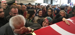 Şehit yüzbaşıya İzmir'den hüzünlü veda Annenin 'Oğlumu götürmeyin' feryadı askerleri ağlattı