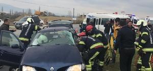 Denizli'de okul servis aracının karıştığı kazada faciadan dönüldü İçerisinde 15 öğrencinin olduğu servis aracı otomobille çarpıştı: 5 yaralı Otomobil sürücüsü araç içerisinde sıkıştı