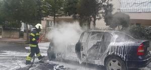 Otomobil alev alev yandı, sürücü canını zor kurtardı Alevlere teslim olan otomobilin yanma anı cep telefonu kamerasına yansıdı