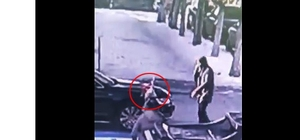 Küçük çocuğun Türk bayrağı aşkı O anlar güvenlik kamerasına yansıdı