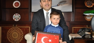 Minik Ali Kerem bayrağı öptü, sosyal medyada gündem oldu Vali Öksüz, minik Ali Kerem'i makamında kabul etti Öksüz, Ali Kerem'e öptüğü bayrağı hediye etti