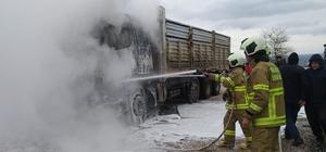 Seyir halindeki kamyon yandı