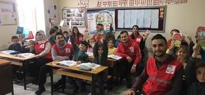 """Kızılay tarafından okullarda """"2018 yılı Güvenli Yaşam Takvimi"""" dağıtıldı"""