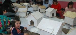 'Kutu Kutu Pençe' projesiyle farkındalığa imza attılar Tokat'ta özel çocuklar kutu kutu pençe projesi kapsamında hayvanseverlerin bağışları ile yaptırılan kedi evlerini boyayarak farkındalığa imza attı