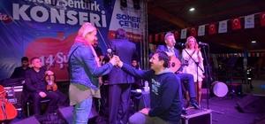 Metin Şentürk konserinde evlenme teklifi Adana'daki konserde Erhan Çoban sahneye çıkarak, sevgilisi Necla Çimeli'ye evlenme teklifi yaptı