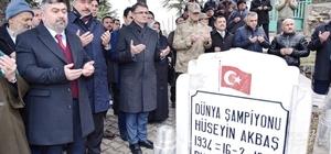 Dünya Şampiyonu güreşçi, mezarı başında anıldı Dünya şampiyonu milli güreşçi Hüseyin Akbaş, vefatının 30'uncu yıl dönümünde memleketi Tokat'ın Almus ilçesine bağlı Çevreli Beldesinde anıldı.