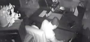 Hırsızların rahatlığı şaşırttı Camını kırıp girdikleri emlak ofisinden para ve bilgisayar çalan hırsızlar güvenlik kamerasında
