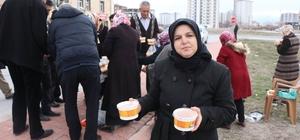 'Arabaşılı' seçim çalışması Muhtar adayı mahalle sakinlerine Arabaşı ikram etti