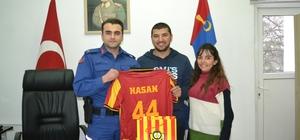 Malatyalı Komutana Evkur Yeni Malatyaspor forması sürprizi Malatyalı Komutana hediye edilen Evkur Yeni Malatyaspor forması duygu dolu anlara sebep oldu