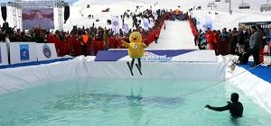 Farklı kostümlerle buz gibi suya atladılar En güzel atlayış için birbirleriyle yarıştılar