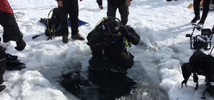 Çıldır gölünde testere ile buzu kesip dalış yaptılar