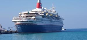 Türkiye'ye gelen yılın ilk turist gemisi Kuşadası Limanı'na yanaştı