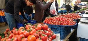 Havaların ısınması pazarda fiyatları düşürdü Pazarda domates 2,5 TL'ye kadar düştü