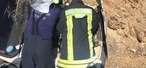 Ağaca çarpan otomobil sürücüsü araçta sıkıştı Sürücüyü itfaiye ekipleri kurtardı
