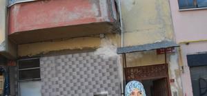 Trabzon'da çatlaklar nedeniyle boşaltılan 4 katlı binada incelemeler sürüyor