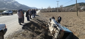 Kontrolden çıkan kamyonet tarlaya devrildi: 1 yaralı