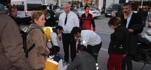 Başkan adayı seçim çalışmalarını bırakıp yaralının yardımına koştu Doktor olan AK Parti Bodrum Belediye Başkan adayı Tahir Ateş, kazada yaralanan yaralıya ilk müdahaleyi yaparak, olay yerine gelen sağlık ekiplerine yaralının durumu hakkında bilgi verdi