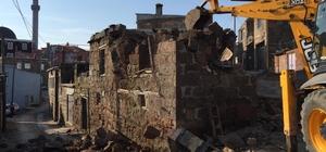 Ayvacık'taki depremde hasar gören binaların yıkımına başlandı