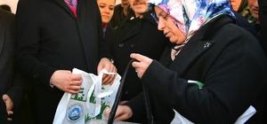 """Bakan Kurum, bez çanta dağıttı Çevre ve Şehircilik Bakanı Murat Kurum: """"2021 yılında depozito uygulaması başlayacak"""""""