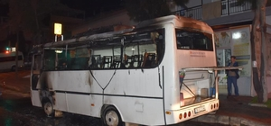 İzmir'de seyir halindeki servis minibüsü alevlere teslim oldu