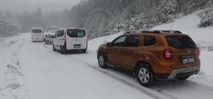 Karda mahsur kalan araçları ekipler kurtardı