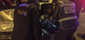 Araçta sıkışan sürücüyü hayatta tutmak için uzun süre uğraştılar Kaza sonrasında araçta sıkışan sürücü 112, polis ve itfaiye ekipleri tarafından kurtarıldı 112 ekipleri araçta sıkışan sürücüye kalp masajı yaparak hayatta tutmaya çalıştı