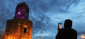 İntihar için çıktığı saat kulesinden inemeyen yaşlı adamı itfaiye kurtardı Tarihi Kaleiçi'ndeki saat kulesinde intihar girişimi İntihar girişimi bazı vatandaşlar tarafından cep telefonlarıyla sosyal medya hesaplarından canlı yayınladı