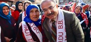 Asırlık nine Hilmi Güler'in mitinginde Seçim çalışmaları kapsamında Çatalpınar ilçesinde miting yapan AK Parti Ordu Büyükşehir Belediye Başkan Adayı Mehmet Hilmi Güler, mitingin en ön sırasında 113 yaşındaki Gülbeyaz Abuz'u görünce duygulandı
