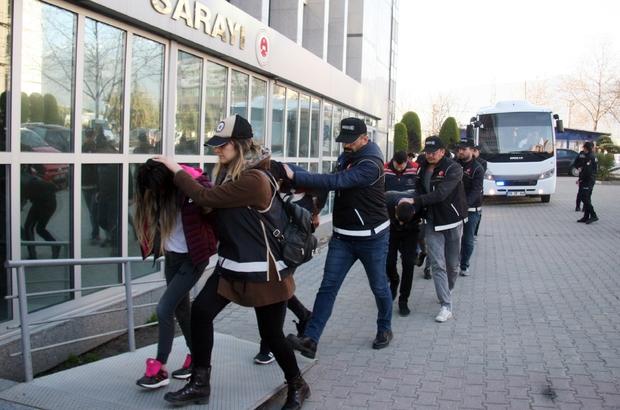 Kargoyla uyuşturucu ticareti yapan 6 kişi tutuklandı Polis 8 farklı adrese yaptığı baskında torbacıları kıskıvrak yakaladı