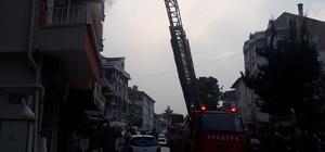 Dumanların sardığı binada mahsur kalan 10 kişi hastanelik oldu Binada mahsur kalanlar itfaiye ekipleri tarafından kurtarıldı
