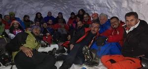 Dağcılar, zirve tırmanışı öncesi geceyi kar mağarasında geçirdi