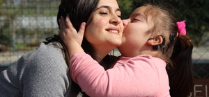 İki buçuk yıllık eğitimle 7 yaşında konuşmaya başladı, ailesini sevince boğdu 4 buçuk yaşına kadar konuşamayan işitme engelli Berra aldığı eğitimle birçok problemini yendi