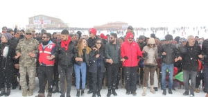 """Hakkari'de 3. Kar Festivali 2800 rakımlı kayak merkezindeki festivalde Vali Akbıyık ve komutanlar vatandaşlarla halay çekti Hakkari Valisi İdris Akbıyık: """"Artık eski günlerde gördüğümüz şiddet ve terörü çok şükür Hakkari'de görmüyoruz"""""""