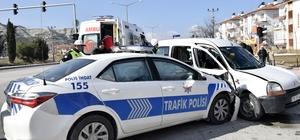 Burdur'da trafik polisleri kaza yaptı: 4 yaralı Göreve giden trafik polisleri, kırmızı ışık ihlali yapan araçla çarpıştı: 2'si polis 4 kişi yaralandı