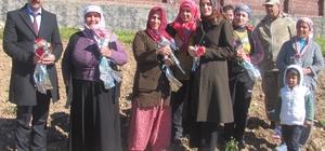 Tarlada çalışan Arabanlı kadınlara çiçekli ziyaret