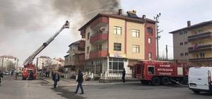 Bünyan'da iki katlı binanın çatısı yandı