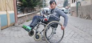 Engelsiz engelliden akrobatik hareketler Tokat'ta bedensel engelli öğrencinin tümsekli köy yollarında tekerlekli sandalyesini daha rahat kullanabilmek için geliştirdiği yöntemler dikkat çekiyor