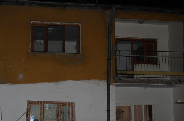 Tartıştığı adamın evine pompalı tüfekle saldırdı Sivas'ta alkollü olduğu iddia edilen şahıs,  çocuk kavgası yüzünden tartıştığı adamın evine pompalı tüfekle saçma yağdırdı