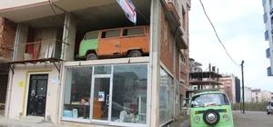 Binanın 2. katında bu arabayı görenler dönüp bir daha bakıyor Yoldan geçen vatandaşların ilgi gösterdiği Vosvos bir kafede ziyaretçilerini ağırlayacak