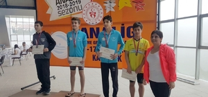 Karabük'te Düzceli yüzücüler kürsüye çıktı